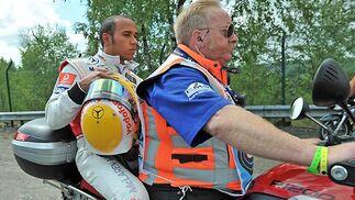 Hamilton abandona el circuito y la carrera.  Foto: Afp Photo / Reuters / Efe