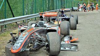 Estado en el que quedaron los monoplazas de Hamilton y Alguersuari tras el accidente.  Foto: Afp Photo / Reuters / Efe