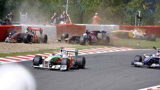Otra vista del accidente entre Hamilton, Alguersuari y Grosjean.  Foto: Afp Photo / Reuters / Efe