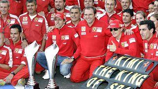 Raikkonen celebra su victoria junto a los mecánicos de Ferrari.  Foto: Afp Photo / Reuters / Efe