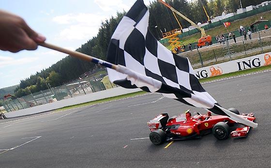 Raikkonen cruza la línea de meta del circuito belga de Spa.  Foto: Afp Photo / Reuters / Efe