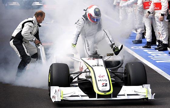 Rubens Barrichello (Brwan GP) recorrió las últimas vueltas con una avería en el motor de su coche, que terminó incendiándose, aunque pudo terminar la carrera.  Foto: Afp Photo / Reuters / Efe