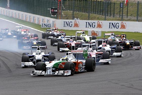 Salida del Gran Premio de Bélgica en el circuito de Spa, con Giancarlo Fisichella (Force India) al frente.  Foto: Afp Photo / Reuters / Efe
