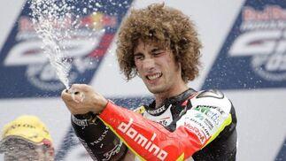 El piloto italiano Marco Simoncelli celebra su victoria en la categoría de 250cc.