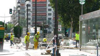 Obreros trabajan en la solería de las inmediaciones de la estación de Puerta Jerez.  Foto: Manuel Gómez