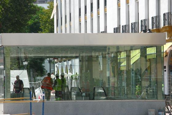 Obreros charlan en la entrada de la estación del Metro de Puerta Jerez.  Foto: Manuel Gómez