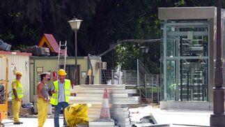 Parte de las piezas del suelo amontonadas listas para ser colocadas en la zona exterior de la estación.  Foto: Manuel Gómez