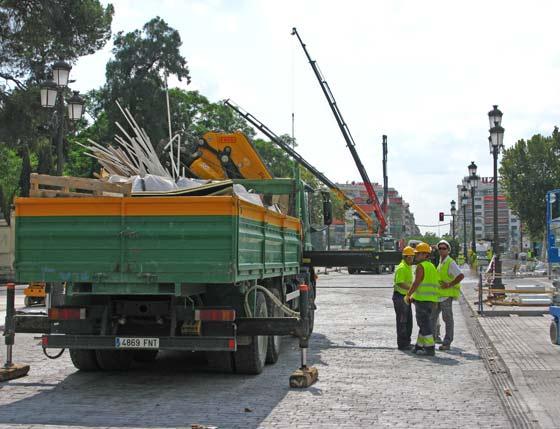 Un camión lleva los escombros de las obras de la estación de Puerta Jerez mientras los obreros organizan.  Foto: Manuel Gómez