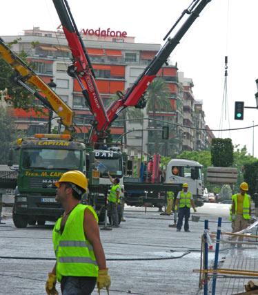 Una grúa en el puente que da acceso a República Argentina y obreros trabajando en las obras de la estación de Metro.  Foto: Manuel Gómez