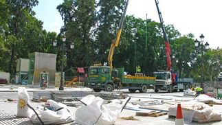 Restos de materiales de las obras de la estación del metro y dos caminones-grúa.  Foto: Manuel Gómez
