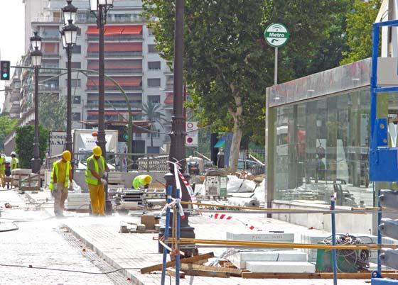 Varios trabajadores ultiman los últimos detalles exteriores de la estación de Puerta de Jerez que tiene prevista abrir el miércoles 16 de septiembre.  Foto: Manuel Gómez