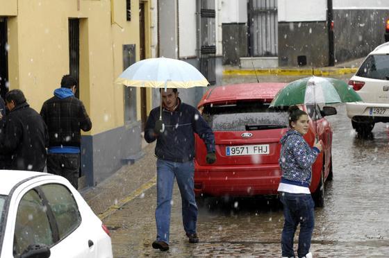 Los copos comenzaron a caer en los municipios de la provincia.  Foto: Juan Carlos Muñoz, Manuel Gómez, Antonio Pizarro