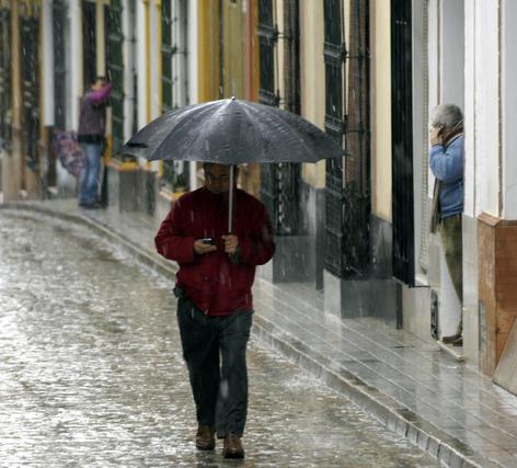 La estampa resultó insólita tras ás de 50 años sin nevar.  Foto: Juan Carlos Muñoz, Manuel Gómez, Antonio Pizarro