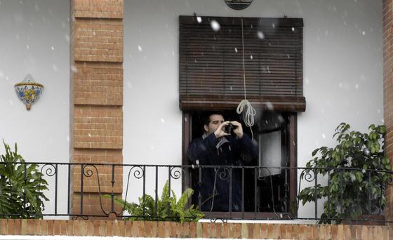Un hombre saca fotos de la nieve.  Foto: Juan Carlos Muñoz, Manuel Gómez, Antonio Pizarro