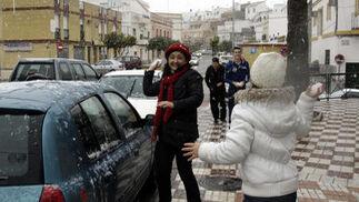 La nieve se convirtió en el principal juego del día.  Foto: Juan Carlos Muñoz, Manuel Gómez, Antonio Pizarro