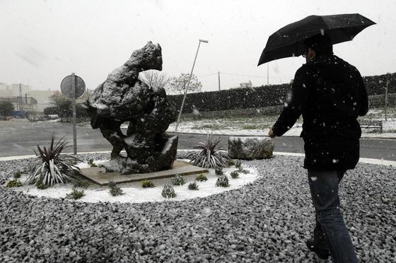 Un hombre contempla la nieve de la localidad.  Foto: Juan Carlos Muñoz, Manuel Gómez, Antonio Pizarro