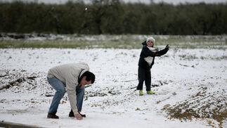 La nieve, un juego perfecto para los habitantes de Gerena.  Foto: Juan Carlos Muñoz, Manuel Gómez, Antonio Pizarro
