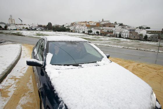 Los coches se cubrieron de nieve en Gerena.  Foto: Juan Carlos Muñoz, Manuel Gómez, Antonio Pizarro
