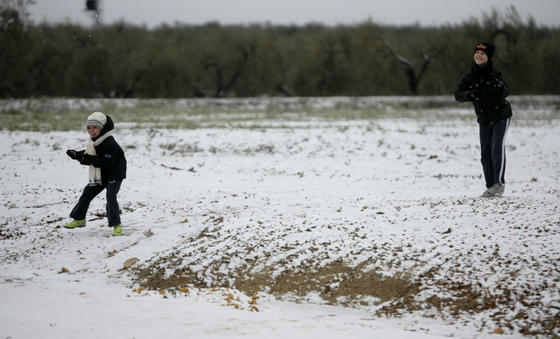Los pequeños disfrutaron con la nieve en Gerena.  Foto: Juan Carlos Muñoz, Manuel Gómez, Antonio Pizarro
