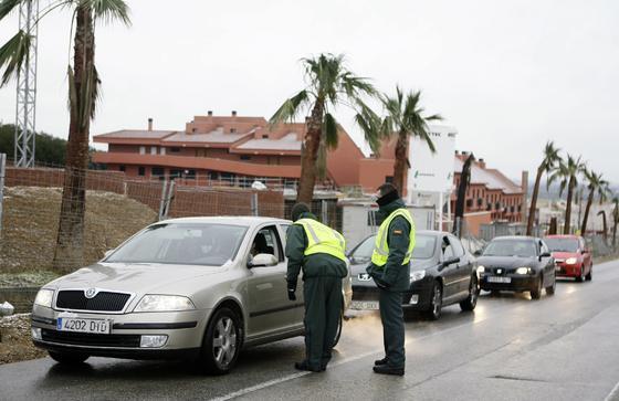 La Guardia Civil controla el tráfico a la altura de Guillena por el corte de varias carreteras.  Foto: Juan Carlos Muñoz, Manuel Gómez, Antonio Pizarro