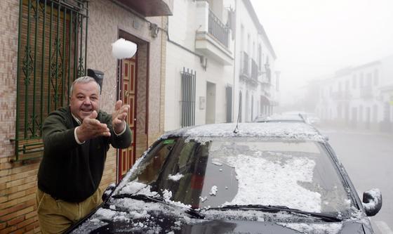 La nieve llenó los coches de Olivares.  Foto: Juan Carlos Muñoz, Manuel Gómez, Antonio Pizarro