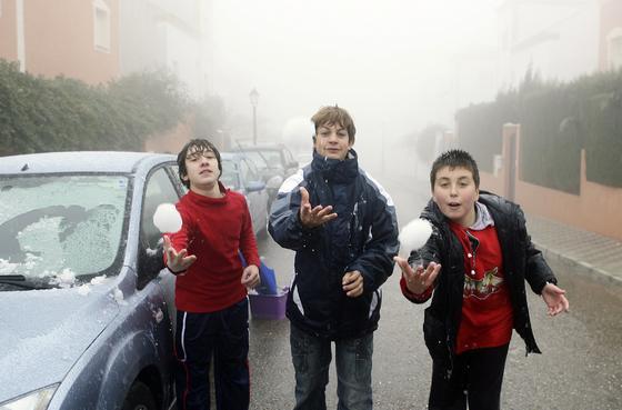 Tres chicos de Salteras se divierten con bolas de nieve.  Foto: Juan Carlos Muñoz, Manuel Gómez, Antonio Pizarro