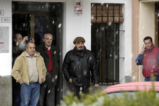 Los habitantes de los pueblos de Sevilla contemplan la nevada.  Foto: Juan Carlos Muñoz, Manuel Gómez, Antonio Pizarro