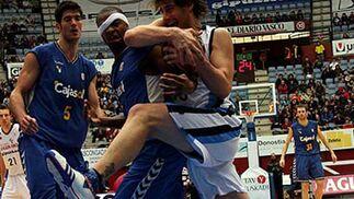 David Doblas se lleva el rebote con un derroche de energía.  Foto: L. García (ACB)