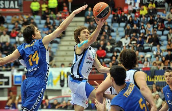Satoransky intenta rescatar el balón que contrla Rai López.  Foto: Rubén Plaza Etxabe