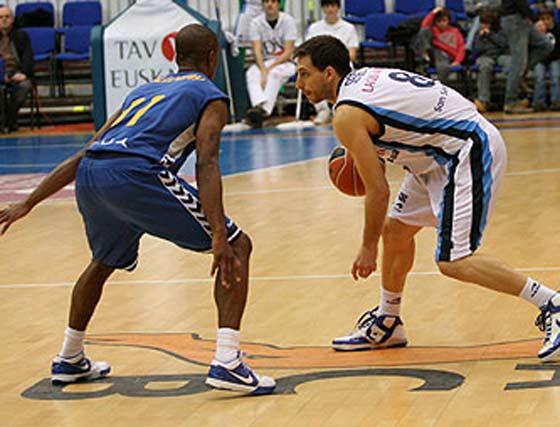 Sergio Sánchez controla el balón ante Earl Calloway.  Foto: L. García (ACB)