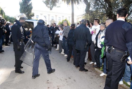 Decenas de personas intentan el linchamiento en la Audiencia Provincial del imputado por arrollar mortalmente a un vecino de Rociana muerto durante en el Gran Premio de 2007.  Foto: Manuel Aranda