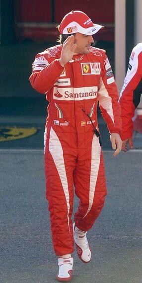 Fernando Alonso saluda a la llegada al circuito de Cheste/Efe  Foto: Efe