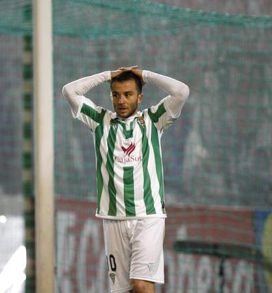 Pepe Díaz se lamenta después de que el asistente le señalara un fuera de juego. / José Martínez