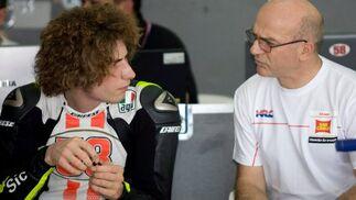 El piloto italiano Marco Simoncelli realiza unas explicaciones a uno de sus técnicos en el box del equipo San Carlo Gresini  Foto: Agencias
