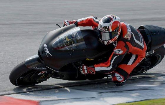 El piloto español de MotoGP Héctor Barberá, del equipo Aspar, toma una curva durante la primera jornada de entrenamientos de la pretemporada de MotoGP  Foto: Agencias