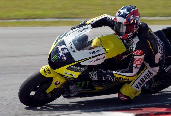 El piloto estadounidense de MotoGP Ben Spies, del equipo Monster Yamaha, toma una curva durante la primera jornada de entrenamientos  Foto: Agencias