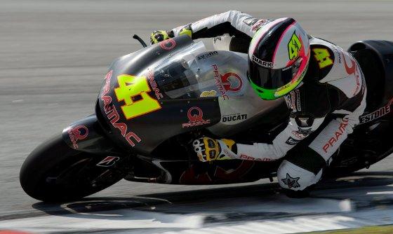 El piloto de Pramac Ducati, el finlandés Mika Kallio, conduciendo su montura en el circuito de Sepang.  Foto: Agencias