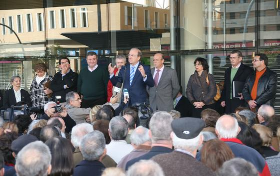 El alcalde de Huelva se dirige a los asistentes al estreno de las instalaciones.  Foto: Espínola