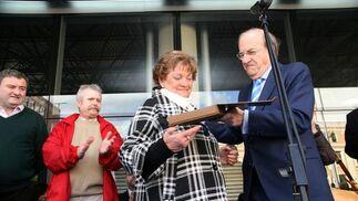 El alcalde de Huelva entrega una placa en el estreno de las instalaciones.  Foto: Espínola