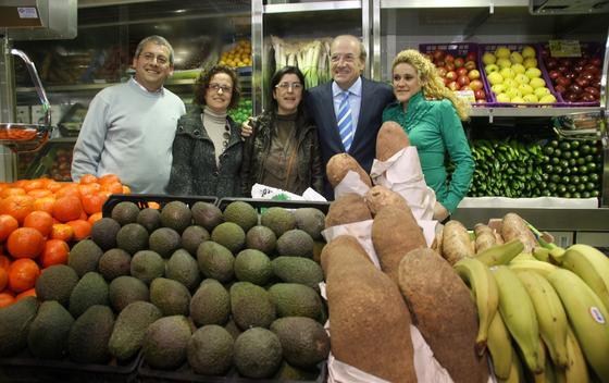 El alcalde de Huelva posa en un puesto de fruta de las nuevas instalaciones.  Foto: Espínola