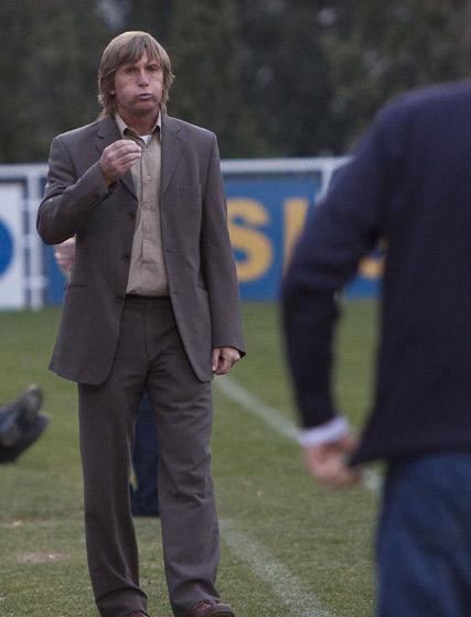 El técnico local, Ángel Pérez, en un momento del encuentro.   Foto: LOF