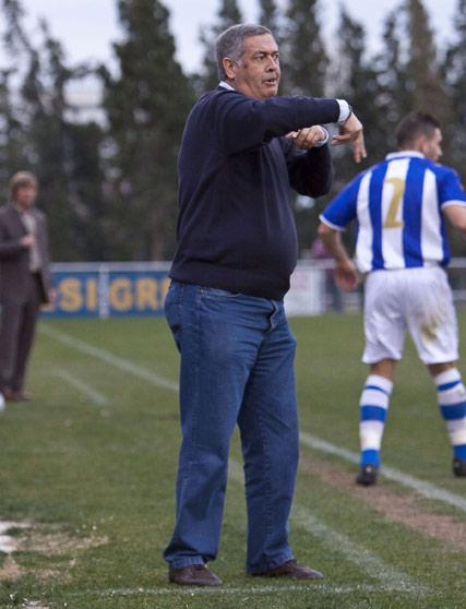 El entrenador, Nico Sosa, hace indicaciones desde la banda.  Foto: LOF