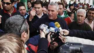 Cañamero hablando con los medios de comunicación durante la manifestación en Arcos  Foto: Aguilar