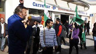 Piquetes a las puertas de Carrefour  Foto: Aguilar