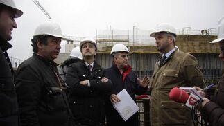 Alfonso Rodríguez Gómez de Celis le enseña al  concejal del PP Francisco Pérez el estado de las obras de la ampliación de Fibes.  Foto: Victoria Hidalgo