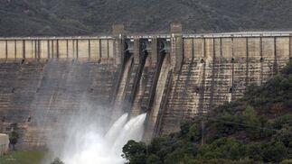 La presa de la Concepcion en Río Verde, en Marbella, desaguando por motivos de seguridad tras el desbordamiento del río Guadaiza.  Foto: Migue Fernández, Sergio Camacho, Agencias