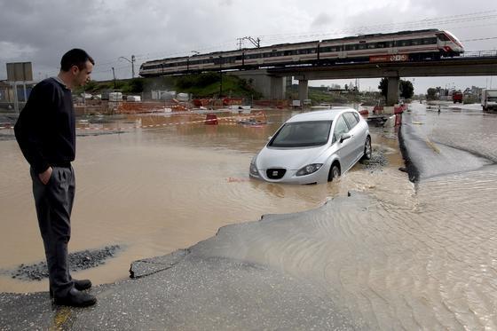 Un vehículo atrapado por las lluvias  Foto: Migue Fernández, Sergio Camacho, Agencias
