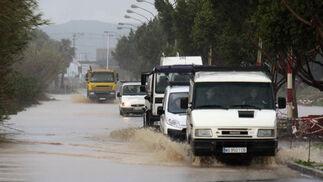 Cinco vehículos circulan por un anegado Polígono Guadalhorce.  Foto: Migue Fernández, Sergio Camacho, Agencias