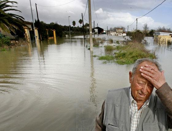 Un vecino de Las Pachecas llora ante la nueva riada.  Foto: Pascual