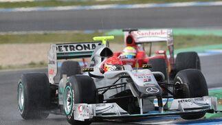 Massa persigue a Schumacher en la chicane del Circuito de Jerez en un momento en el que coincidieron en la jornada de ayer.  Foto: Juan Carlos Toro